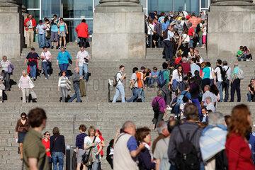 Berlin  Deutschland  Touristen warten vor dem Reichstag auf Einlass