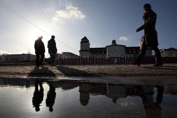 Ruegen  Deutschland  Silhouette  Menschen laufen am Strand vor dem Kurhaus-Hotel in Binz entlang