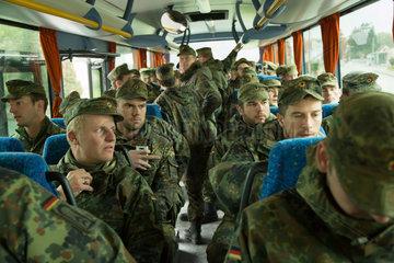 Illkirch-Grafenstaden  Frankreich  Soldaten des JgBtl 291 auf dem Weg zu einer Uebungseinheit