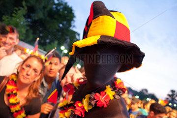 Berlin  Deutschland  Besucher auf der Fanmeile zur Fussball EM 2012