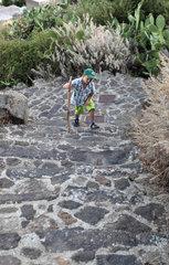 Alicudi  Italien  Junge laeuft eine Steintreppe hinauf