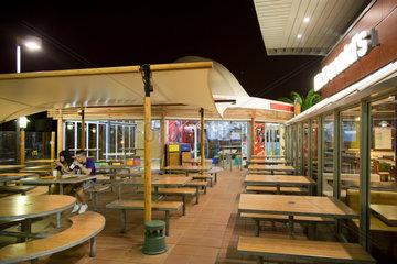 Barcelona  Spanien  Paerchen bei einer McDonald_______s-Filiale in einem Vorort