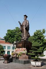 Hanoi  Vietnam  Statue von Ly Thai To  dem Stadtgruender von Hanoi  am Hoan-Kiem-See