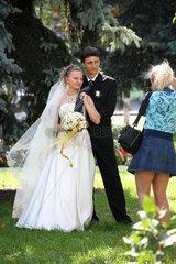 Gomel  Weissrussland  Hochzeitspaar posiert fuer das Erinnerungsfoto