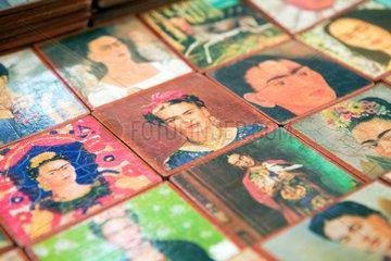 Mexiko-Stadt  Mexiko  Bierdeckel mit dem Gesicht der Kuenstlerin Frida Kahlo