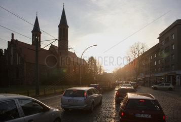 Berlin  Deutschland  Rushhour auf der Breite Strasse neben der Dorfkirche Pankow