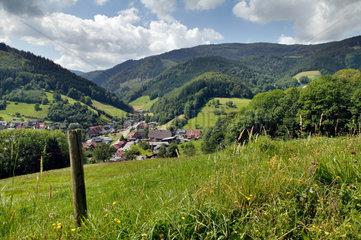 Oberried  Deutschland  Berglandschaft und Ortschaft im Schwarzwald