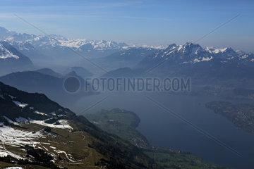 Zug  Schweiz  Blick auf den Zugerberg und den Zugersee