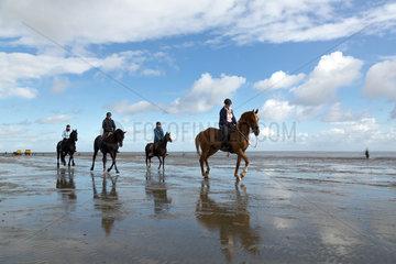 Cuxhaven  Deutschland  Ausflug zu Pferd im Wattenmeer zwischen der Insel Neuwerk und Cuxhaven