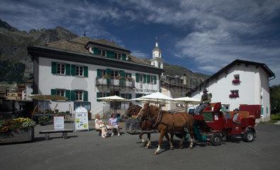 Sils Maria  Schweiz  eine Pferdekutsche vor dem Rathaus in Sils Maria