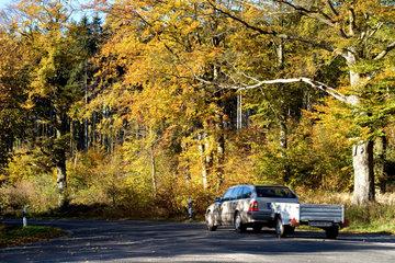Thale  Deutschland  ein Auto mit Anhaenger auf einer einsamen Landstrasse
