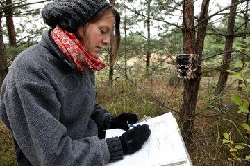 Spreetal  Deutschland  Catriona Blum vom Wildbiologischen Buero Lupus installiert Fotofallen