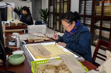 **CHINA-CHENGDU-ANCIENT BOOK REPAIRER (CN)