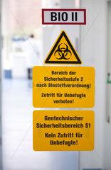 Hilden  Deutschland  Warnhinweis vor Biogefahr an einer Glastuer zum Labor