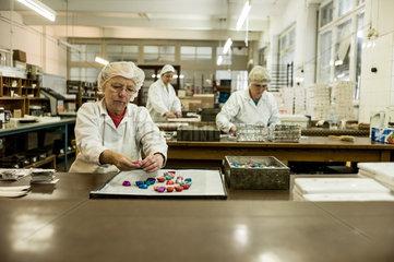 Berlin  Deutschland  Mitarbeiter der Erich Hamann Schokoladenmanufaktur verpacken Schokoladen