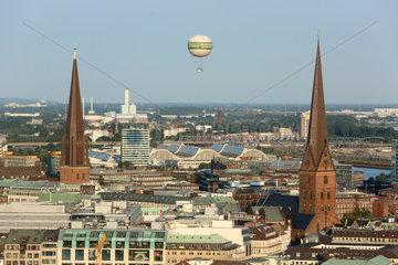 Hamburg  Deutschland  Blick auf die Jakobskirche (links) und die Peterskirche