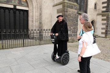 Wittenberg  Deutschland  Lutherdarsteller Bernhard Naumann vor der Schlosskirche
