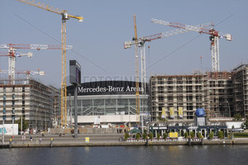 Baukraene rings um die Mercedes-Benz-Arena in Berlin Friedrichshain