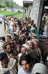 Madyan  Pakistan  Lebensmittelverteilung durch ache noVa an die Flutopfer