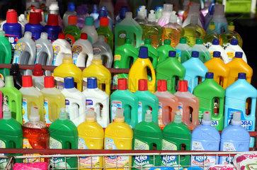 Catania  Italien  Verkauf von Reinigungsmitteln auf einem Wochenmarkt