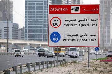 Dubai  Vereinigte Arabische Emirate  Hinweisschild Radarkontrolle