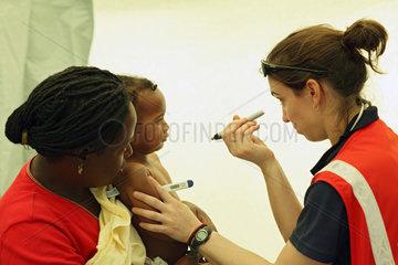 Carrefour  Haiti  Dr. Marie Roy untersucht ein krankes Kind
