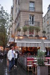 Paris  Frankreich  Passanten bei Regen in den Strassen von Paris