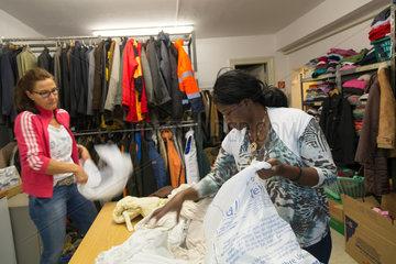 Bremen  Deutschland  ehrenamtliche Mitarbeiterinnen der Inneren Mission beim Sortieren von Kleiderspenden