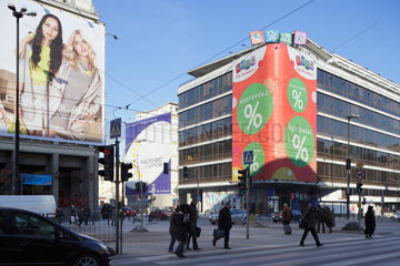 Warschau  Polen  Werbeplakate und das Einkaufszentrum Dom Towarowy Smyk