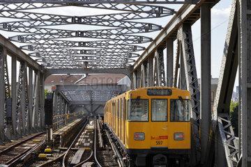 Berlin  Deutschland  Durchfahrt der U-Bahn der Linie 1 durch das Wohnhaus in der Dennewitzstrasse