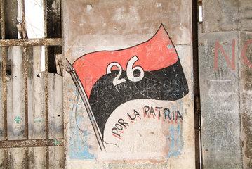 Havanna  Kuba  Flagge der Bewegung des 26. Juli an eine Hauswand gemalt