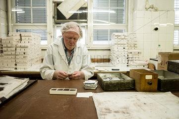 Berlin  Deutschland  Mitarbeiter der Erich Hamann Schokoladenmanufaktur verpackt Schokoladenplaettchen