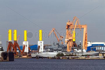 Emden  Deutschland  Blick auf die SIAG Nordseewerke mit Fundamenten fuer Offshore-Windkraftanlagen und dem neuen Einsatzgruppenversorger Bonn (A 1413) der Deutschen Marine