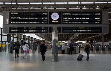 London  Grossbritannien  Anzeigetafel im Regional- und Fernbahnhof Kings Cross