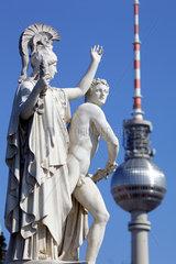 Berlin  Deutschland  Skulpturen auf der Schlossbruecke in Berlin-Mitte