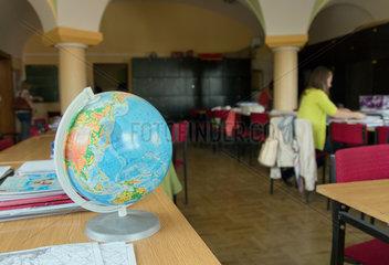 Posen  Polen  ein Globus im Lehrerzimmer der Boleslaw Chrobry Grundschule 44
