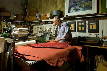 Berlin  Deutschland  der Buchbinder Christian Kluendel in seiner Werkstatt