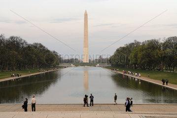 Blick vom National Worldwar II Memorial zum Washington Monument im Abendlicht