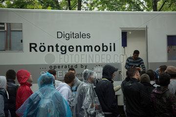 Berlin  Deutschland  Fluechtlinge warten vor dem Roentgenwagen