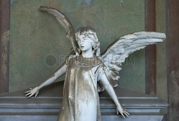 Mailand  Italien  Marmorengel einer Grabstaette im Cimitero Monumentale