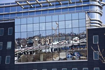 Spiegelung in einer Berliner Fassade