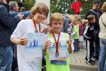 Berlin  Deutschland  Jungen zeigen stolz ihre Urkunden und Medaillen fuer die Teilnahme beim Minimarathon