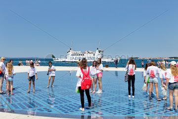 Zadar  Kroatien  Touristen auf dem Lichtspiel-Monument am Hafen