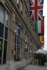 Amerikanische Grossstadt-Fassade mit Flaggen