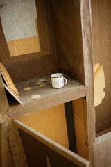 Gross Doelln  Deutschland  alter Kaffeebecher steht in einem zerstoerten Schrank