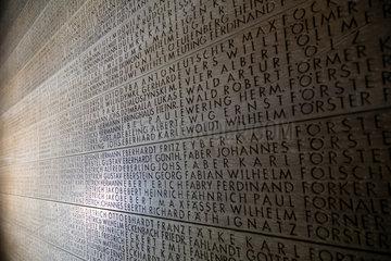 Langemark  Belgien  Eichenholztafel mit den Namen Gefallener auf dem Deutschen Soldatenfriedhof Langemark