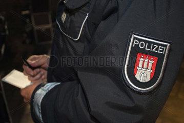 Polizist schreibt auf