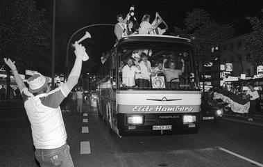 Fans bejubeln den Aufstieg im Jahr 1988 von FC St. Pauli auf der Reeperbahn