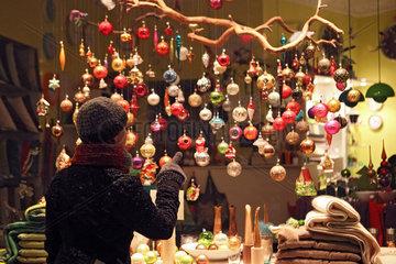 Berlin  Deutschland  Frau schaut sich Christbaumkugeln an