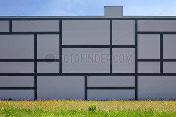 Berlin  Deutschland  Fassadengestaltung an einer Brandwand eines Lagergebaeudes